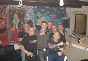 Erwin (hinten mittig) mit seinen Nazi-Freunden im Objekt 21